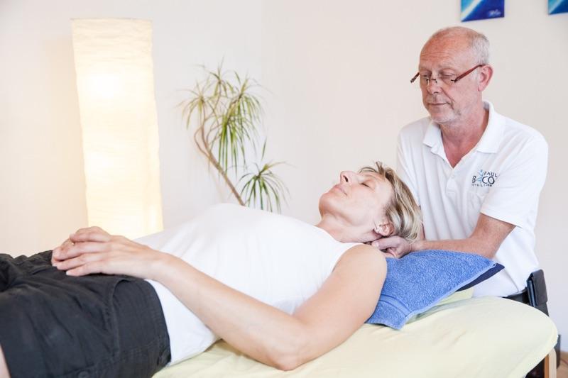Physiotherapeut Paul Bacon behandelt mittels Craniosacrale Therapie