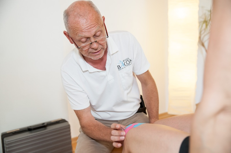 Physiotherapeut Paul Bacon beim Kinesio Taping